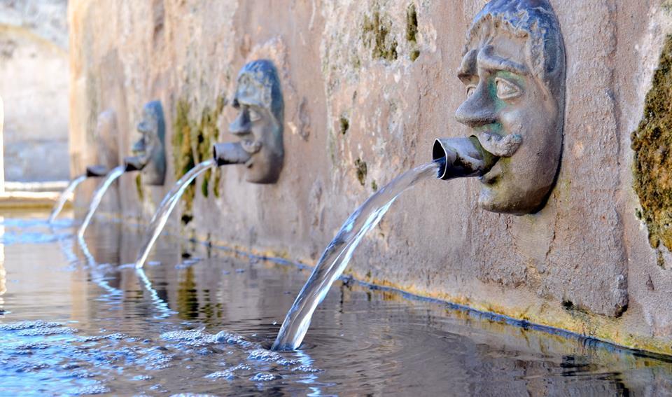 Visita Laterza: il borgo, la fontana medievale e i mascheroni rinascimentali