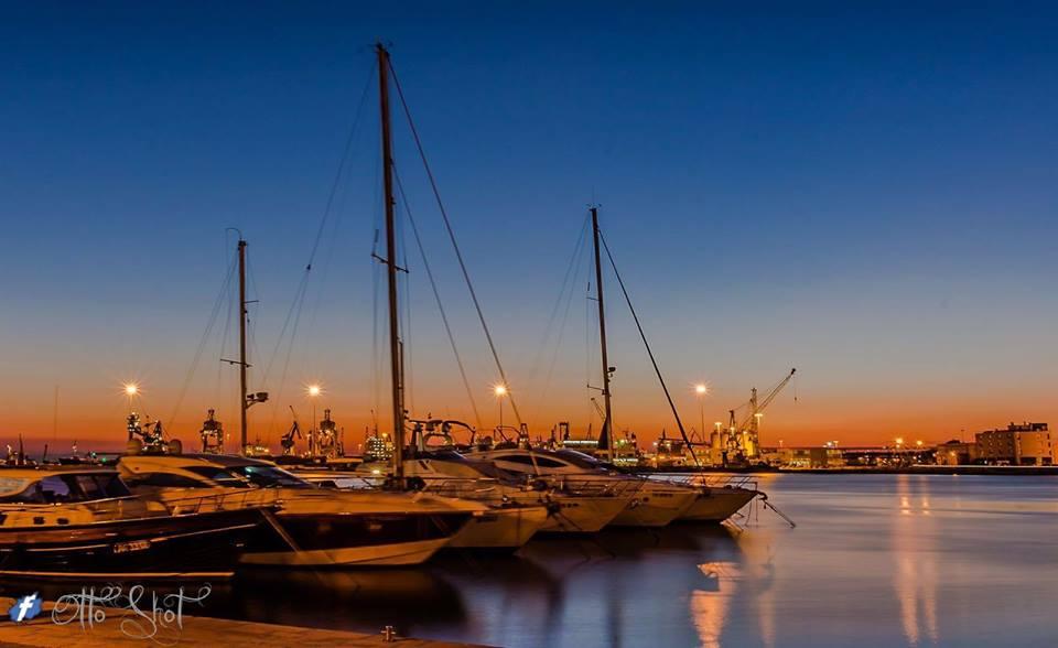 Apericena al tramonto in barca a vela, emozioni d'autunno