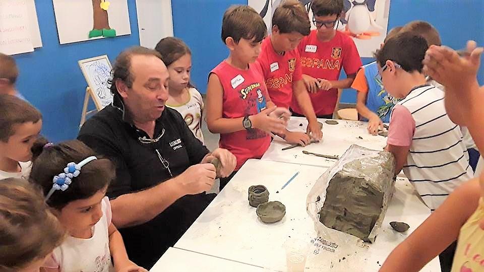 Bambini ceramisti per un giorno, così imparano anche l'inglese