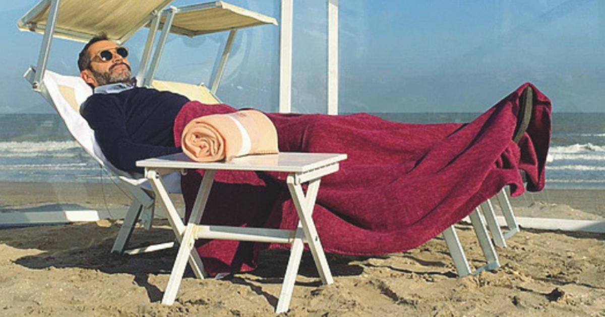 In spiaggia con la copertina: il mare d'inverno in Puglia è uno spettacolo
