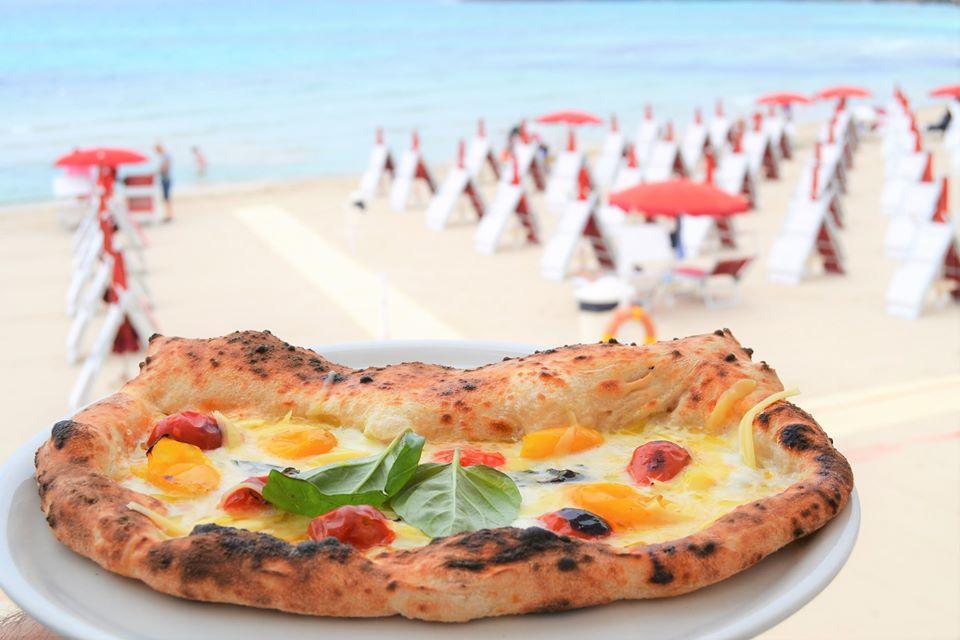 Mangiare pizza rende felici, meglio se napoletana e gustata fronte mare