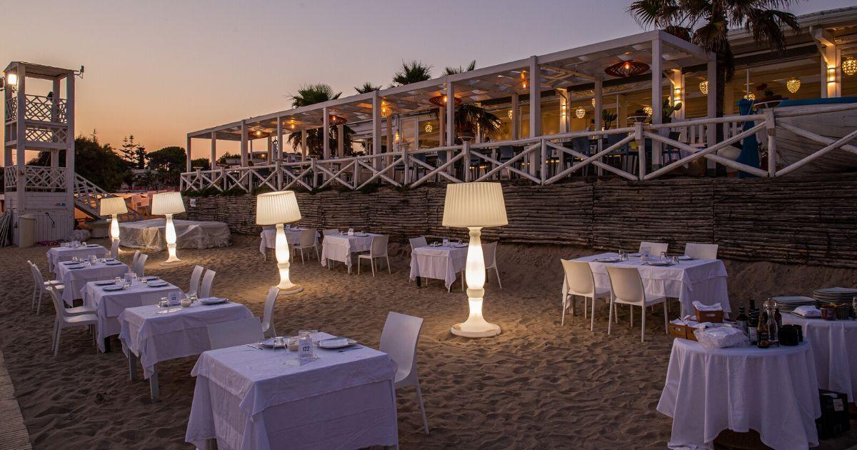 Il mare negli occhi e i piedi nella sabbia: quando la cena è sulla spiaggia