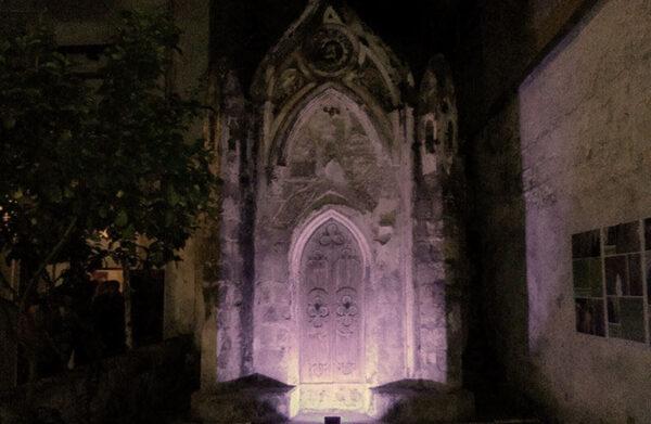 La piccola Chiesetta incastonata nel cortile di un palazzo del Borgo